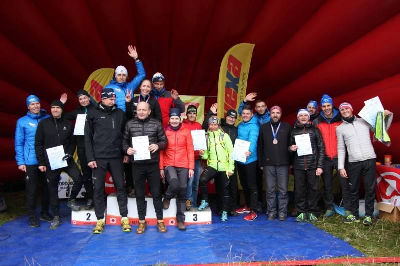 Podium końcowej klasyfikacji teamowej cyk;u Vexa Skiroll Tour