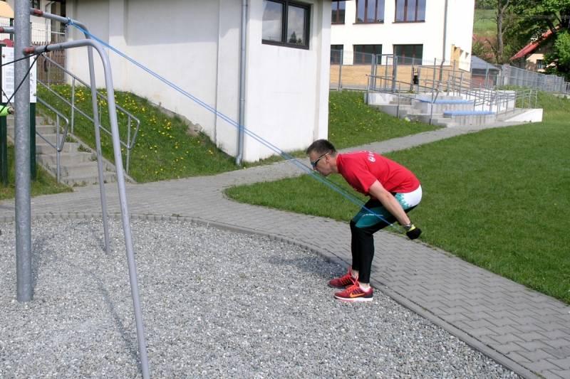 Ćwiczenia siłowe górnych partii ciała z użyciem ekspandera [FILM]