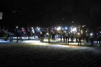 Wrażenia z nocnego wyścigu przy świetle setek lampek czołowych