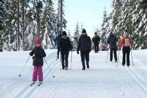 Ci piesi są przekonani, że niczego nie niszczą. A jak ma po tej trasie pełnej dziur po butach poruszać się narciarz stylem łyżwowym?