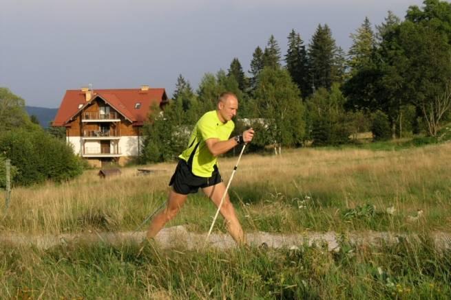 Marszobieg z kijami - uniwersalna forma treningu na lato [FILM]