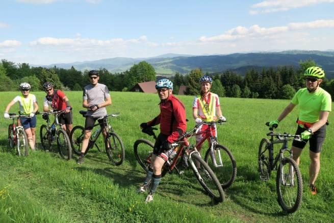 Na rowerach górskich oraz nartorolkach trenowali w ostatni weekend maja sportowcy z teamu nabiegowkach.pl