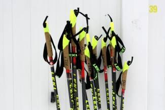 Czy FIS ograniczając długości kijów rozwija, czy osłabia biegi narciarskie?