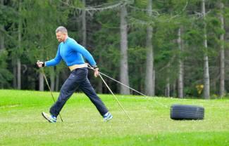 Trening nordic walking z oponą