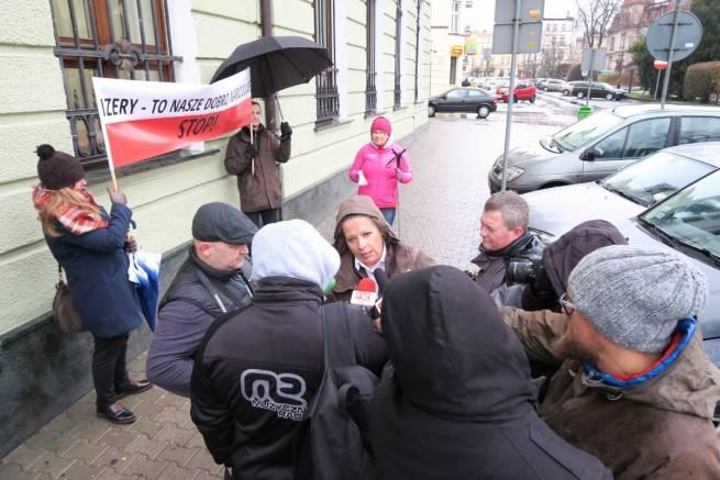 Dziennikarze przed rozprawą wypytują Nadleśniczą Zytę Bałazy