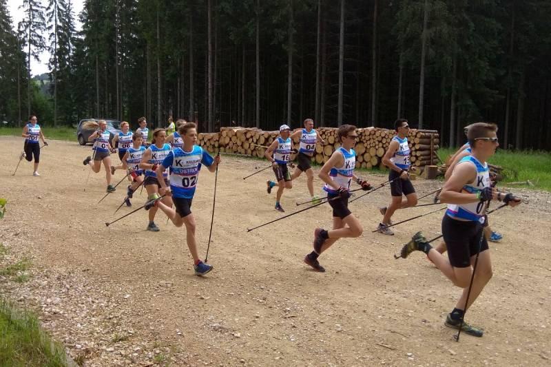 Zawodnicy rozpoczynali od biegu z kijami