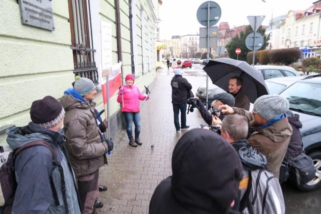 Garstka narciarzy pikietowała przed sądem w obronie Jakuszyc