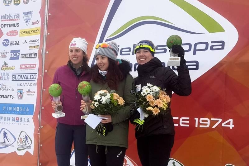 Katarzyna Witek (pierwszo od prawej) na podium biegu 30 km CT
