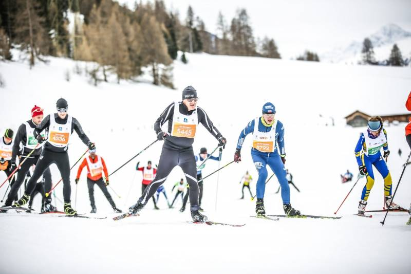 Autor (w niebieskim teamowym stroju startowym) na trasie biegu