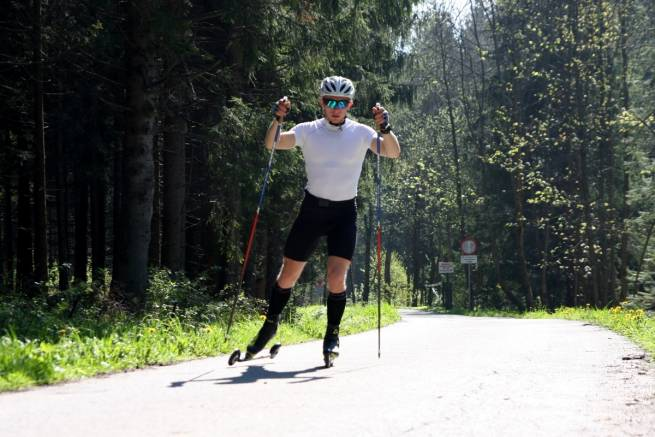 Dominik Bury podczas treningu na nartorolkach