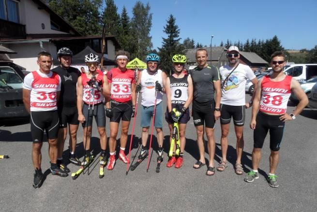 Team nabiegowkach.pl na zdjęciu ze swoim trenerem Józefem Michałkiem i Stanislavem Rezacem przed startem w zawodach w 2015 roku