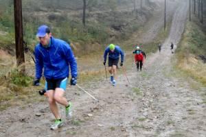 Szkolący się w programie treningowym teamu nabiegowkach.pl podczas ćwiczeń imitacyjncyh