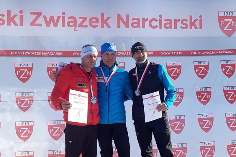 Jan Łacek ze złotem Mistrzostw Polski amatorów w biegach narciarskich. Władek Olszowski na 3. miejscu.
