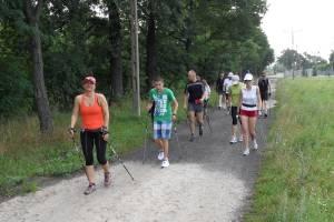 Uczestnicy letniego obozu dla biegaczy narciarskich amatorów na pierwszym treningu