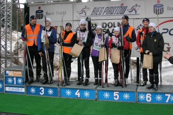 Niewidomi zawodnicy i ich opiekunowie po biegu na 10 km w 36. Biegu Piastów