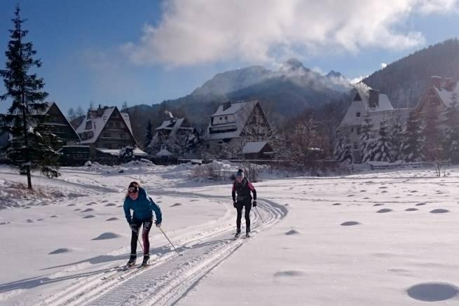 W Kościelisku zima. Trasy (ok. 5 km) zostały przygotowane skuterem śnieżnym.