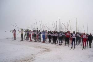 Na trasie biegu narciarze świetnie się bawią