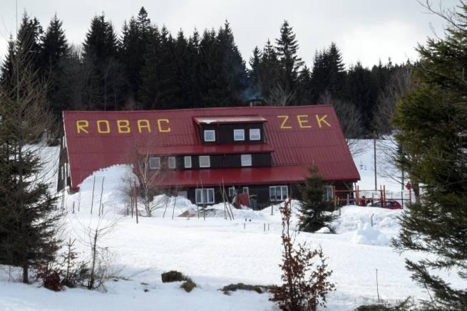 """Nieczynny bufet w schronisku """"Chatka Robaczka"""" w Górach Izerskich"""