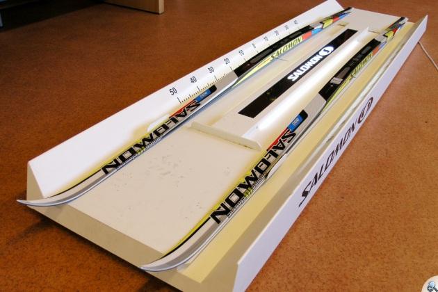 Specjalistyczne urządzenia pomagają dopasować narty do wagi użytkownika.