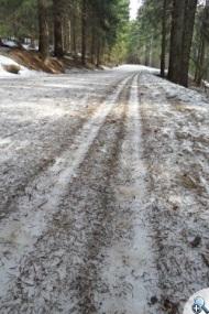 Na wiosnę śnieg często bywa brudny.