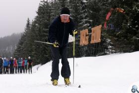 Łuszczek prezentuje technikę biegu podczas zimowego obozu nabiegowkach.pl w 2013 roku.