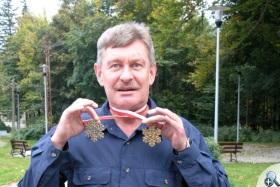 Józef Łuszczek pokazuje medale z Mistrzostw Świata
