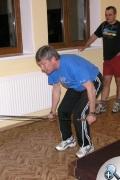 Józef Łuszczek demonstruje ćwiczenia z ekspanderem